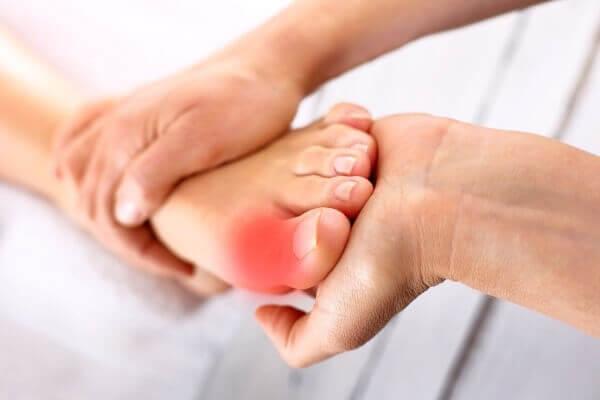 Шишки на ногах: как избавиться от вальгусной деформации и лечить ее симптомы